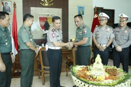 Polda Jatim kirim 660 tumpeng HUT ke TNI
