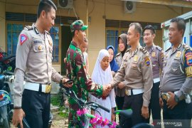 Anggota TNI terkejut didatangi  anggota Polri