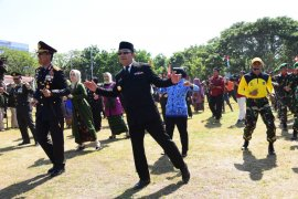 Gubernur Jabar Ridwan Kamil-Pangdam III Siliwangi menari Sajojo saat HUT TNI