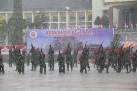 Hujan deras tidak kurangi semarak peringatan HUT TNI di Ambon