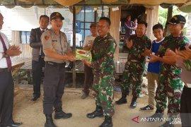 Kebersamaan di HUT TNI, Danramil dan Kapolsek saling menyuapi