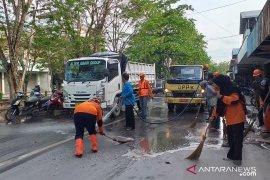 Satgas Lebah Belitung-IPC bersihkan jalan raya dari tumpahan pasir kaolin