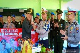 Kejutan tumpeng untuk Denpom  hari jadi TNI