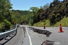 warga lari berhamburan akibat dua gempa beruntun