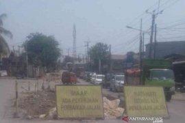 Perbaikan jalan Cikarang-Cibarusah Bekasi sudah tiga pekan terbengkalai