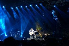 Iwan Fals buat  Kejutan  di panggung Synchronize Festival