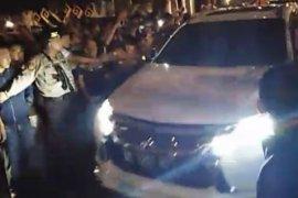 Empat mobil KPK memasuki kompleks rumah dinas Bupati Lampung Utara