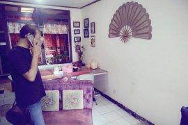Rumah Hutapea,  keluarkan hawa panas pascagempa di Ambon