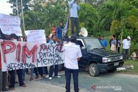 Ratusan massa Forpemda demo PT PIM