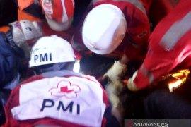 PMI Cianjur bantu evakuasi dua korban tertimbun longsor