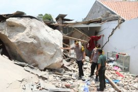 Warga mendengar ledakan sebelum batu besar timpa rumah