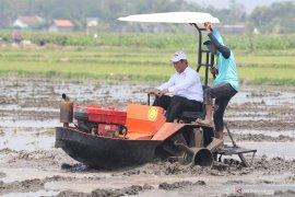 Di Kediri, Mentan Amran demonstrasikan mesin teknologi pertanian