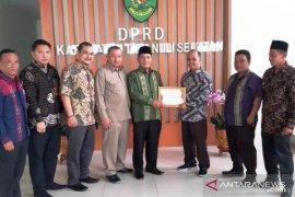 KPU berikan penghargaan kepada DPRD Tapanuli Selatan