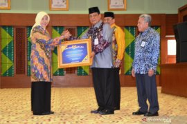 Batola Regent receives WTP placard from S Kalimantan Governor