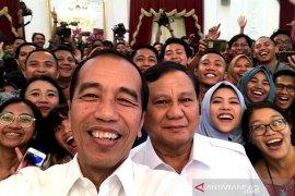 Jokowi dan Prabowo swafoto bersama  wartawan