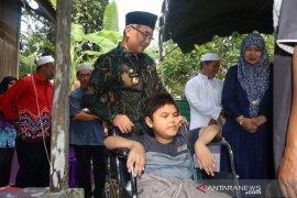 Bupati HSS kembali serahkan program bantuan lansia