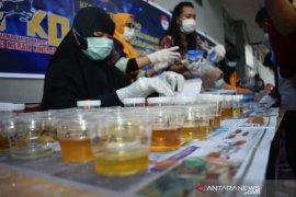 Antisipasi penyalahgunaan narkoba, 105 pegawai Lapas Kelas IIA Kendari jalani tes urine