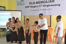 PLN salurkan bantuan pendidikan Rp52,45 juta untuk SMPN 17 Singkawang
