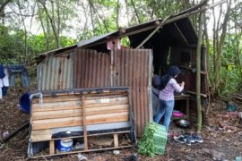 Miris satu keluarga tinggal di gubuk reot beralaskan tanah