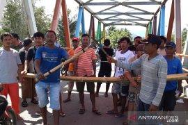 Warga blokir akses jalan Gorontalo Utara-Buol