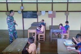 Satgas TMMD menjadi guru SD di perbatasan Indonesia - Malaysia