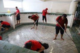 Peringati HDKD, Pegawai Kanwilkumham Jatim bersihakan Masjid Al-Akbar