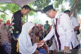 44 warga Kecamatan Padang Batung terima program bantuan