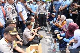 Bercengkrama dengan massa, pendekatan humanis Kapolda bikin aksi buruh mencair
