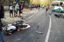 Tiga pelajar berboncengan sepeda motor tabrak truk,  satu tewas