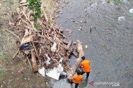 Tim gabungan bersihkan sampah Kali Ciliwung di Bogor
