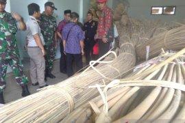 Bea Cukai  hibahkan rotan hasil tangkapan TNI di perbatasan