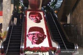 Akses ke tempat pelantikan Presiden dihiasi bunga berwajah Jokowi-Ma'ruf