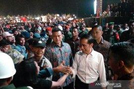 """Presiden  Jokowi turun panggung salami penonton konser """"Musik Untuk Republik"""""""