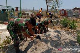 Satgas Yonif Raider 142/KJ bantu warga pindahkan makam