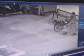 Pencuri motor berseragam Satpol PP terekam CCTV