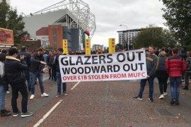 Aksi protes 'Pecat Woodward' saat  laga MU vs Liverpool