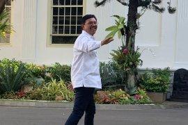 Johny G Plate diikuti Agus Suparmanto berkemeja putih masuk  Istana