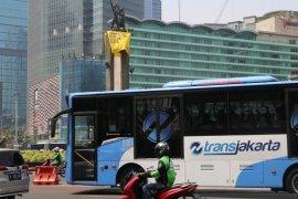 Greenpeace pasang spanduk raksasa di Bundaran HI Jakarta