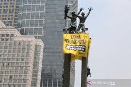 Peserta aksi pembentangan spanduk di Bundaran HI bertahan Rabu