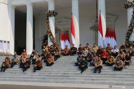 Jokowi: lesehan di anak tangga untuk kerendahan hati