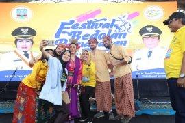 Warga negara asing berkolaborasi di Festival Bedolan Pamarayan