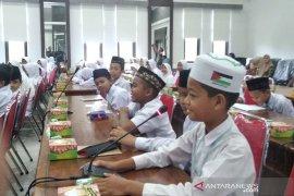 Puluhan murid SD duduki DPR Aceh, pertanyakan gaji dan cara buat Perda
