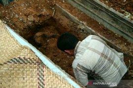 Polisi gali lokasi mayat wanita dicor di Palembang