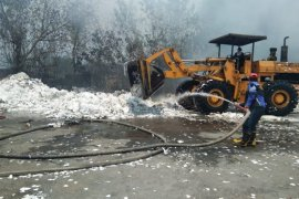 Ribuan kubik sampah kertas di pabrik Setia Kawan Tulungagung terbakar