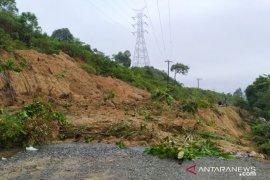 Longsor timbun jalan lintas Aceh Barat
