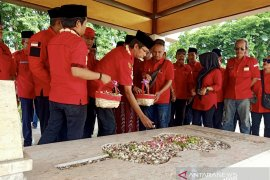 Jelang Sumpah Pemuda makam pencipta lagu Indonesia Raya dijiarahi
