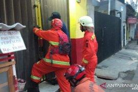 Tiga warga terjebak dI ruko yang terkunci