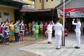 Peserta upacara Sumpah Pemuda di Kubu Raya berpakaian adat nusantara