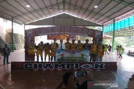 Bupati Tapsel serahkan tropi juara I futsal tingkat pelajar Kapolres Cup 2019