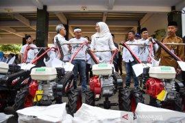 Pemkab Purwakarta salurkan bantuan alat pertanian dari Pusat untuk petani